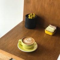Photo prise au Three Seat Espresso & Barber par Kayleigh H. le2/25/2017