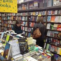 Foto diambil di Brookline Booksmith oleh Joris d. pada 10/28/2012