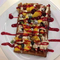 Foto diambil di Renk Waffle oleh Emre T. pada 11/23/2014