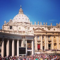 Foto diambil di Piazza San Pietro oleh Gauthier d. pada 5/18/2013