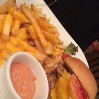 Photo prise au Just Burger par Moza D. le5/2/2014