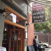 Foto scattata a Ottomanelli's Wine & Burger Bar da Joe M. il 8/3/2014