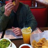 รูปภาพถ่ายที่ El Azteca โดย Lauren เมื่อ 10/30/2012