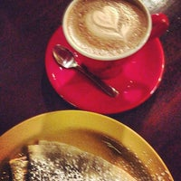 Photo prise au Frogg Coffee Bar and Creperie par Shane W. le12/30/2012