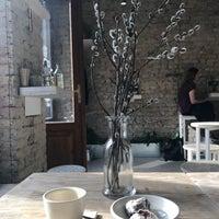 Снимок сделан в Cube Coffee Bar пользователем Joci D. 4/13/2018