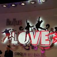 Das Foto wurde bei The Beatles LOVE (Cirque du Soleil) von Island7007 L. am 4/13/2013 aufgenommen