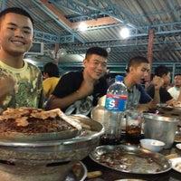 รูปภาพถ่ายที่ ร้านหมูกะทะเจ๊น้อยหอยบูดและอ่างนมใหญ่ โดย Aleang R. เมื่อ 7/27/2013
