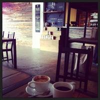 Foto tomada en Mission Coffee Co. por Charlie E. el 7/27/2013