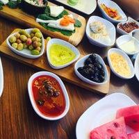 Das Foto wurde bei Limoon Café & Restaurant von Ayşe A. am 9/20/2015 aufgenommen