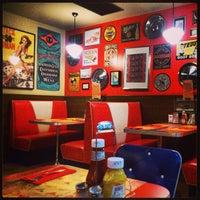 Foto tirada no(a) Bernie's Diner por Marta G. em 7/11/2013