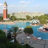 Foto tirada no(a) Venezia Palace Deluxe Resort Hotel por Berke G. em 7/13/2013