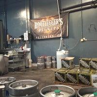 Foto tirada no(a) Bootlegger's Brewery por John T. em 11/24/2012