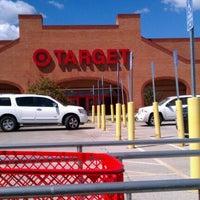 รูปภาพถ่ายที่ Target โดย Chrissy P. เมื่อ 8/20/2012