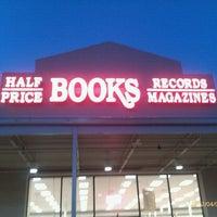 Photo prise au Half Price Books par Colleen H. le4/2/2012