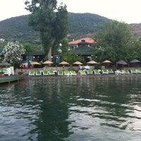 รูปภาพถ่ายที่ Mavi Deniz โดย Özgür T. เมื่อ 7/1/2012
