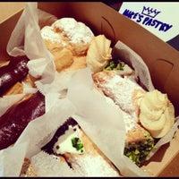 9/3/2012 tarihinde Eddie H.ziyaretçi tarafından Mike's Pastry'de çekilen fotoğraf