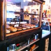 Das Foto wurde bei Dun-Well Doughnuts von Kate T. am 8/25/2012 aufgenommen