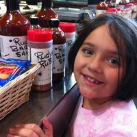 Foto tomada en Rudy's Country Store & Bar-B-Q por Jon S. el 4/16/2012