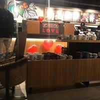 รูปภาพถ่ายที่ Starbucks โดย Fabio O. เมื่อ 6/12/2018