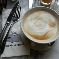 Foto tomada en Café de la Presse por Vanessa L. el 7/5/2013