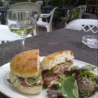 Foto tirada no(a) Bacchanal Wine por Ami J. em 10/21/2012
