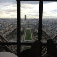 Foto tirada no(a) Le Jules Verne por Romeo C. em 11/29/2012