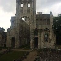 Photo prise au Abbaye de Jumièges par Максим С. le6/29/2017