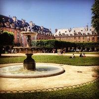 Das Foto wurde bei Place des Vosges von Sam S. am 7/27/2013 aufgenommen