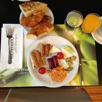 8/8/2013 tarihinde Abdulrahmanziyaretçi tarafından Aqua Restaurant'de çekilen fotoğraf