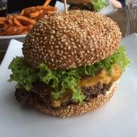 Das Foto wurde bei The Burger Bar von Tempus Fugit am 4/24/2016 aufgenommen