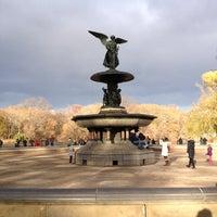 Foto scattata a Bethesda Fountain da Rebecca B. il 11/24/2012