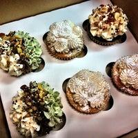 9/21/2012 tarihinde Stina M.ziyaretçi tarafından The Yellow Leaf Cupcake Co'de çekilen fotoğraf