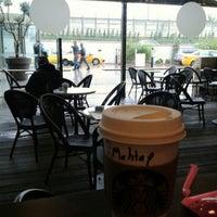 Foto tirada no(a) Starbucks por Fatma D. em 10/18/2013