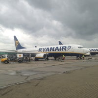Foto tirada no(a) London Stansted Airport (STN) por Jon T. em 6/28/2013