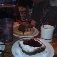Foto tomada en Delta Cafe por Hallie M. el 11/4/2012