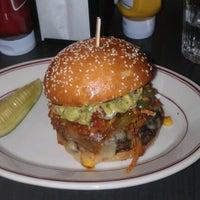 Das Foto wurde bei LT Bar & Grill von Raul J. am 10/26/2012 aufgenommen