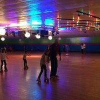 รูปภาพถ่ายที่ Skateville Family Rollerskating Center โดย Jessica F. เมื่อ 3/30/2014