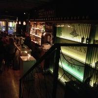 Foto tomada en Ultramarinos Hendrick's Bar por Clara M. el 1/18/2013