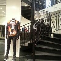 รูปภาพถ่ายที่ Givenchy โดย Nana D. เมื่อ 9/25/2013