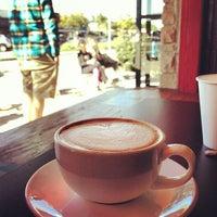 1/19/2013 tarihinde Olivier P.ziyaretçi tarafından Bird Rock Coffee Roasters'de çekilen fotoğraf