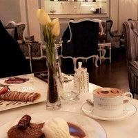 Das Foto wurde bei Le Cafeier Cafe & Lounge von Raghad am 11/12/2017 aufgenommen