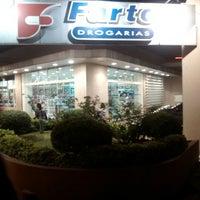 Foto tirada no(a) Farto Drogaria por Álvaro R. em 4/24/2014