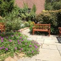 Das Foto wurde bei The Garden at St. Luke in the Fields von Evren E. am 8/16/2013 aufgenommen