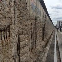 Das Foto wurde bei Baudenkmal Berliner Mauer von Šáfa . am 6/16/2013 aufgenommen