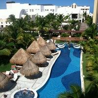Das Foto wurde bei Excellence Playa Mujeres von Ashley P. am 12/4/2012 aufgenommen