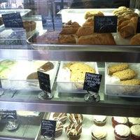 3/2/2013 tarihinde Donna Mcziyaretçi tarafından Blossom Bakery'de çekilen fotoğraf