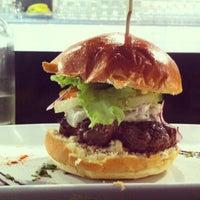 รูปภาพถ่ายที่ West Coast Burgers โดย Clocotte เมื่อ 8/17/2013