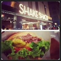 Photo prise au Shake Shack par Elrick E. le9/2/2013