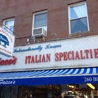 Foto tomada en Faicco's Italian Specialties por Sidney W. el 6/1/2013