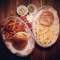 Foto tomada en Tommi's Burger Joint por Sissi G. el 3/25/2015
